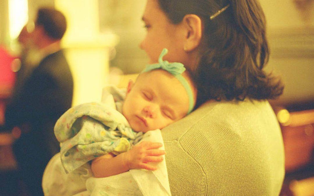 Spánkové asociácie – Je uspávanie detí na rukách škodlivé?